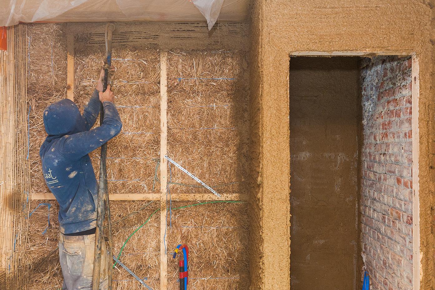 Rénovation d'une maison de maître avec de la paille et de l'argile